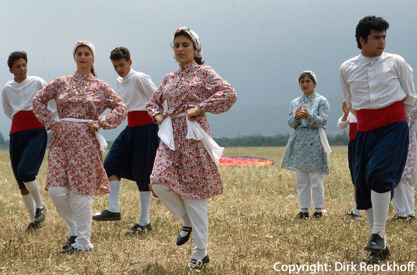 Nordzypern, Frau beim Volkstanz.