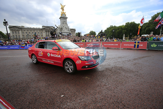 ASO Skoda car rounds the final bend at Buckingham Palace at the end of Stage 3 of the 2014 Tour de France running 155km from Cambridge to London. 7th July 2014.<br /> Picture: Eoin Clarke www.newsfile.ie