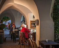 Italien, Suedtirol (Trentino-Alto Adige), Eisacktal, Brixen: Altstadt - Gasse Kleine Lauben - Restaurant der Traubenwirt | Italy, South Tyrol (Trentino-Alto Adige), Bressanone: old town lane Kleine Lauben with restaurant Der Traubenwirt