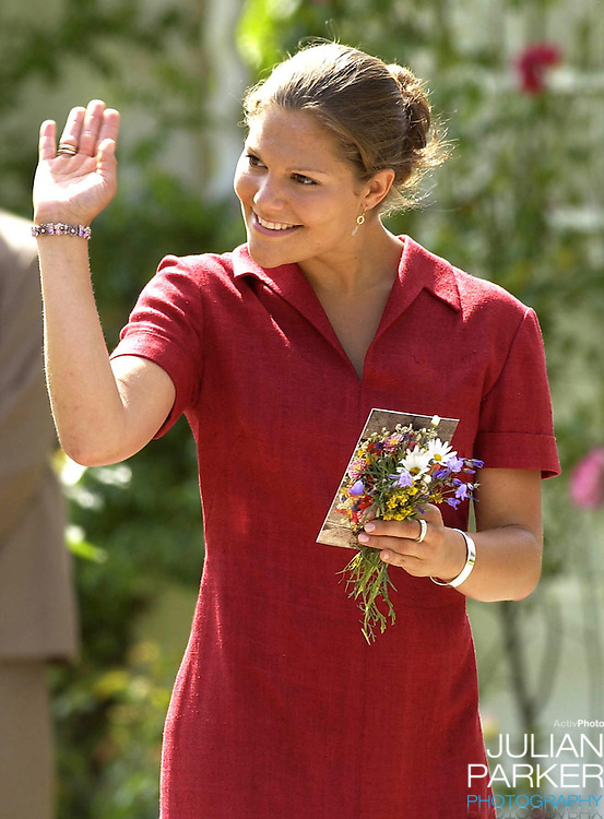 CROWN PRINCESS VICTORIA OF SWEDEN CELEBRATES HER 25TH BIRTHDAY, .WITH HER PARENTS, AT SOLLIDEN, NEAR BERGHOLM, SWEDEN..14/7/02.  PICTURE: UK PRESS   (ref 5105-13)