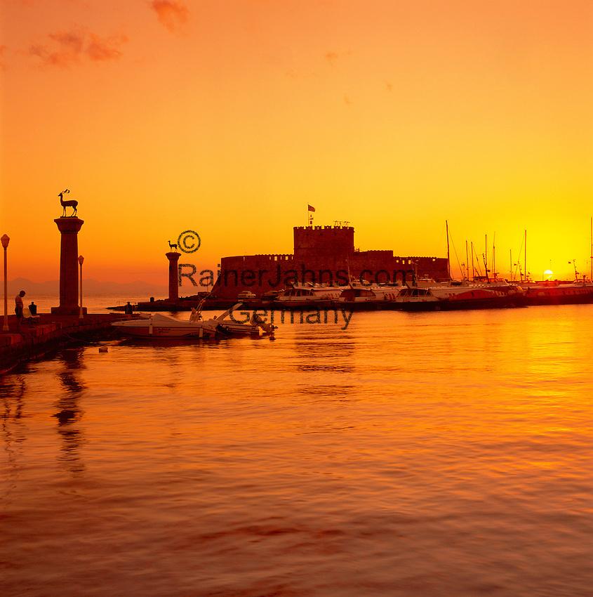 Greece, Dodecanese, Rhodes, Rhodes-City: Mandraki Harbour and St. Nicholas' Fort at sunrise   Griechenland, Dodekanes, Rhodos, Rhodos-Stadt: Einfahrt zum Mandraki Hafen, dahinter das St. Nicholas Fort bei Sonnenaufgang