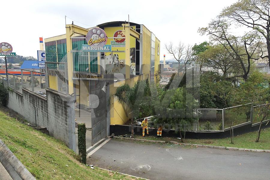 GUARULHOS, SP, 29.08.2014 - CAPOTAMENTO RODOVIA PRESIDENTE DUTRA - Um veículo Peugeot, que estava sendo conduzida por uma oficial de justiça, e que se deslocava pela Rodovida Presidente Dutra, sentido Rio de Janeiro, na altura do KM 225 (Guarulhos/SP) se desgovernou e capotou, vindo a parar no estacionamento de um Pet Shop que margeia a rodovia. A condutora foi socorrida ao PS do Hospital Nippo Brasileiro. A ocorrência está sendo apresentada no 1º DP de Guarulhos pela equipe da Policia Rodoviaria Federal, no inicio do manhã desta sexta-feira, 29. (Foto: Geovani Velasquez / Brazil Photo Press).