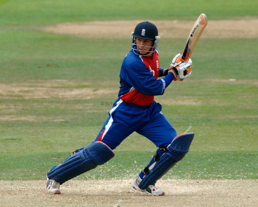 Photo: Glyn Thomas..England v Australia. NatWest Triangular Series Final. Lords..02/07/2005......England's Geraint Jones hits out.