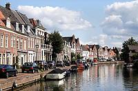 Nederland  Maarssen - Augustus 2018.  Op de fietsboot varen over de Vecht. Huizen in het centrum van Maarssen.   Foto Berlinda van Dam / Hollandse Hoogte