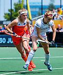 Den Bosch  -  Yibbi Jansen (Ned) met Anne-Sophie Weyns (Belgie)   tijdens  de Pro League hockeywedstrijd dames, Nederland-Belgie (2-0).     COPYRIGHT KOEN SUYK