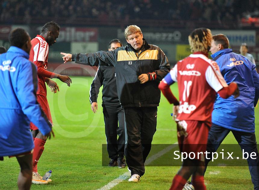 KV Kortrijk - Club Brugge KV : coach Hein Vanhaezebrouck maant zijn spelers aan om terug op het veld te gaan staan.foto VDB / BART VANDENBROUCKE