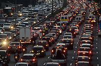 SAO PAULO, 19 DE JULHO DE 2012 - TRANSITO SP - Transito intenso na Avenida 23 de maio, nos dois sentidos, altura do paraiso, regiao central da capital no fim da tarde desta quinta feira. FOTO ALEXANDRE MOREIRA - BRAZIL PHOTO PRESS