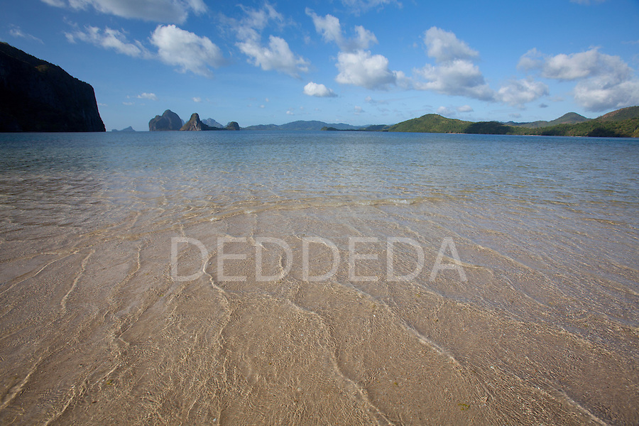 Shallow water and sand on an island near El Nido, in the famous and beautiful Bacuit Archipelago in Palawan, Philippines.