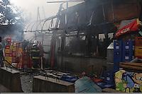 SAO PAULO, SP, 18-02-2013, INCENDIO FAVELA. Na tarde dessa Segunda-feira (18), alguns barracos pegaram fogo na comunidade que fica na Av. Henry Ford, proximo ao Viaduto Pacheco Chaves no bairro da V. Prudente. Segundo informacoes, o inicio do incendio ocorreu por um curto circuito.  Luiz Guarnieri/ Brazil Photo Press.