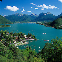 France, Rhone-Alpes, Haute-Savoie Department, Talloires: village at the east banks of Lake Annecy, at background The Bauges Mountains (Massif des Bauges), a mountain range in eastern France, part of the French Prealps | Frankreich, Rhône-Alpes, Département Haute-Savoie, Talloires: Gemeinde am oestlichen Ufer des Lac d'Annecy, im Hintergrund die Bauges, ein Gebirgsmassiv aus Kalkstein in den noerdlichen Franzoesischen Alpen