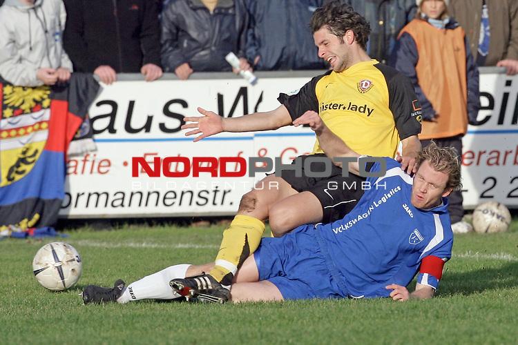 RLN  2006/2007 - 17. Spieltag - <br /> Kickers Emden vs Dynamo Dresden (gelb )<br /> <br /> Mario Neunaber gegen Sebastian Pelzer<br /> <br /> Foto &copy; nordphoto <br /> <br /> <br /> <br />  *** Local Caption ***
