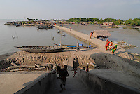 BANGLADESH, Division Khulna, village Kalabogi at river Shibsha close to the Bay of Bengal , view from flood shelter on embarkment and village / BANGLADESCH, Dorf Kalabogi am Fluss Shibsha, Blick aus einem Flutschutzbunker auf Deich und Dorf