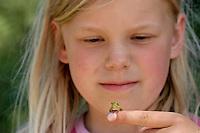 Mädchen, Kind mit einem kleinen Laubfrosch, Laub-Frosch, Frosch auf dem Finger, Hyla arborea, Hyla europea, European treefrog, common treefrog, Central European treefrog