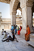 Visitors seen relaxing on a hot afternoon at the Agra Fort in Agra, Uttar Pradesh in India. Photo: Sanjit Das/Panos pour Le Point