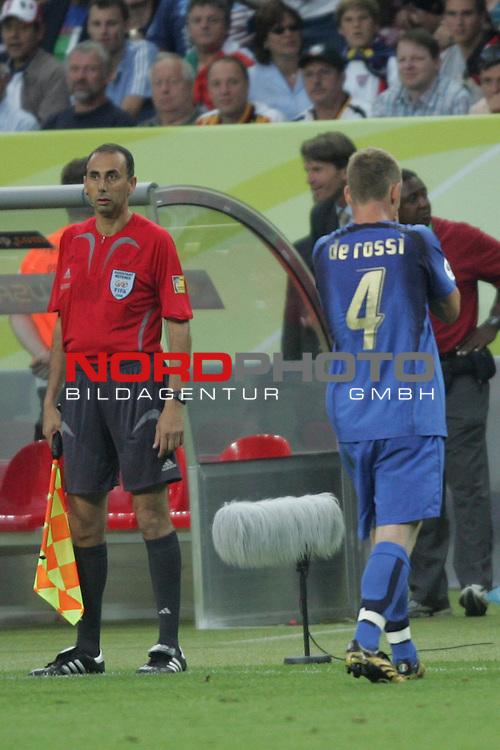 FIFA WM 2006 -  Gruppe E Vorrunde ( Group E )<br /> Play   #25 (17-Jun) - Italien - USA<br /> <br /> Daniele De Rossi (rechts) von Italien verl&auml;sst nach seiner Roten Karte das Spielfeld.<br /> <br /> Foto &copy; nordphoto