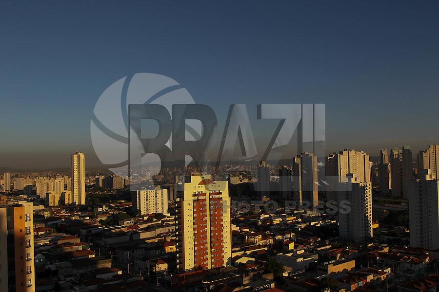 SAO PAULO, SP, 01-02-2014, CLIMA TEMPO. Com a falta de chuva, o tempo segue seco em São Paulo, um fina faixa de polição pode ser visto no horizonte. Fotos feitas apartir do bairro da Mooca. Luiz Guarnieri/ Brazil Photo Press.