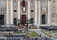 Papa Francesco celebrare la Messa di Pasqua in piazza San Pietro, Città del Vaticano, 16 aprile 2017.<br /> Pope Francis celebrats the Easter mass in Saint Peter's square at the Vatican, on April 16 2017.<br /> UPDATE IMAGES PRESS/Isabella Bonotto<br /> <br /> STRICTLY ONLY FOR EDITORIAL USE