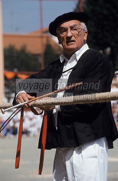 """Europe/France/Aquitaine/64/Pyrénées-Atlantiques/Saint- Palais: Festival """"Force Basque"""" - Le juge du tir à la corde"""