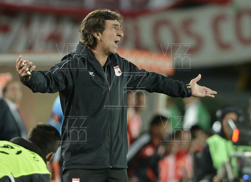 BOGOTÁ-COLOMBIA-12-05-2015. Gustavo Costas técnico del Independiente Santa Fe de Colombia durante partido de vuelta entre Independiente Santa Fe de Colombia y Estudiantes de La Plata de Argentina por octavos de final, llave F, de la Copa Bridgestone Libertadores 2015 jugado en el estadio Nemesio Camacho El Campin de la ciudad de Bogota. / Gustavo Costas coach of Independiente Santa Fe of Colombia during a second leg match between Independiente Santa Fe of Colombia and Estudiantes de La Plata de Argentina for the round of sixteen, Key F, of the Copa Bridgestone Libertadores 2015 played at Nemesio Camacho El Campin stadium in Bogota city.  Photo: VizzorImage/ Gabriel Aponte /Staff