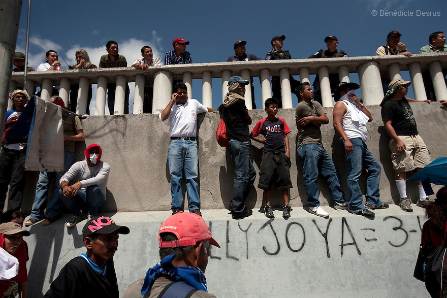 4 July 2009 - Tegucigalpa, Honduras  Supporters of Honduras' ousted President Manuel Zelaya during a protest outside Toncontin international airport in Tegucigalpa, capital of Honduras. Zelaya has been forced into exile after being arrested by a group of soldiers in an apparent military coup. Zelaya was warned he would be arrested if he return to Honduras but has vowed to return to Honduras on Sunday accompanied by Latin American leaders. Photo credit: Benedicte Desrus