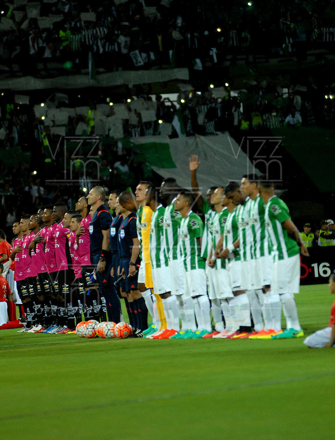 BOGOTA – COLOMBIA: 27-07-2016: Los Jugadores de Atletico Nacional de Colombia e Independiente Del Valle de Ecuador, durante partido de vuelta de la final, entre Atletico Nacional e Independiente Del Valle por la Copa Bridgestone Libertadores 2016 en el Estadio Atanasio Girardot, de la ciudad de Medellin. / The players Atletico Nacional of Colombia and Independiente Del Valle de Ecuador, during a match for the second leg for the final between Atletico Nacional and Independiente Del Valle for the Bridgestone Libertadores Cup 2016, in the Atanasio Girardot Stadium, in Medellin city. Photos: VizzorImage / Luis Ramirez / Staff.