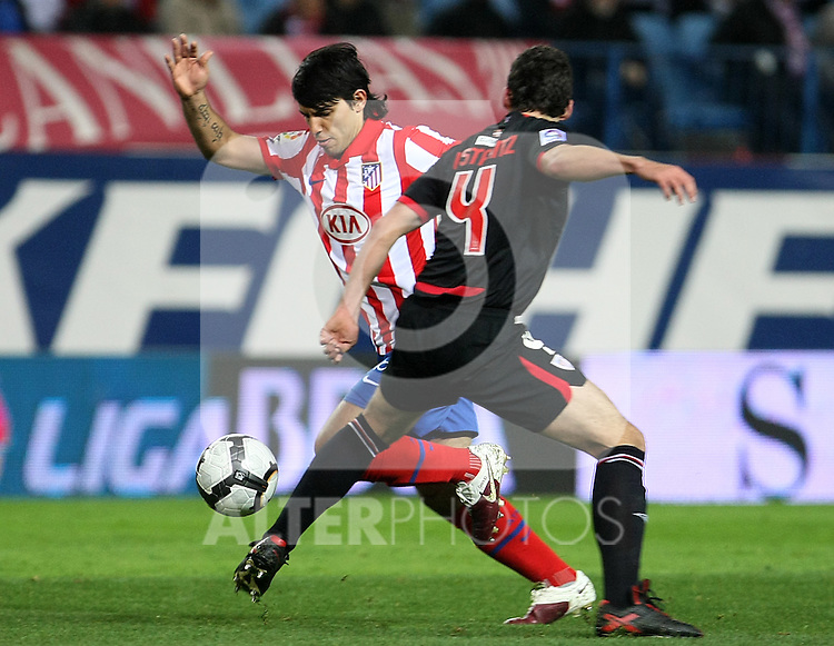 Atletico de Madrid's Kun Aguero (l) and Athletic de Bilbao's Ustaritz Aldekoaotalora during La Liga match. March 26, 2010. (ALTERPHOTOS/Acero)