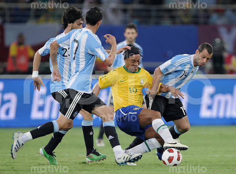 FUSSBALL   INTERNATIONAL   Testspiel  in  Doha  17.11.2010 Argentinien - Brasilien RONALDINHO (Mitte, Brasilien) gegen Javier MASCHERANO (re, Argentinien) und Javier PASTORE (li, Argentinien) und Angel DI MARIA (2.v.li, Argentinien)