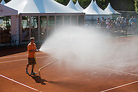08-07-13, Netherlands, Scheveningen,  Mets, Tennis, Sport1 Open, day one, Watering the court<br /> <br /> <br /> Photo: Henk Koster
