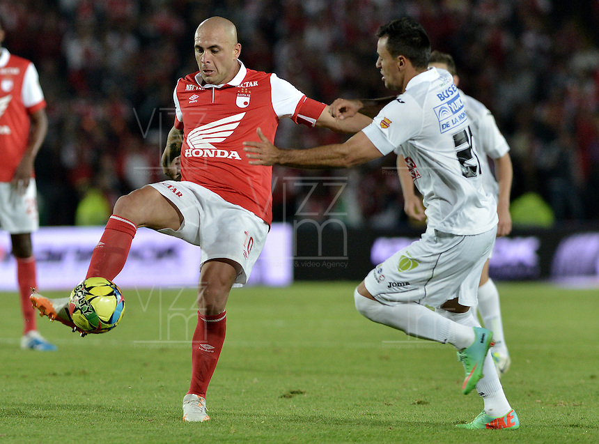 BOGOTÁ -COLOMBIA, 04-05-2014. Omar Perez (Izq) de Independiente Santa Fe disputa el balón con Marlon Piedrahita (Der) del Once Caldas durante partido de vuelta por los cuartos de final de la Liga Postobón  I 2014 jugado en el estadio Nemesio Camacho el Campín de la ciudad de Bogotá./ Independiente Santa Fe player Omar Perez (L) fights for the ball with Once Caldas player Marlon Piedrahita (R) during second leg match for the quarterfinals of the Postobon League I 2014 played at Nemesio Camacho El Campin stadium in Bogotá city. Photo: VizzorImage/ Gabriel Aponte / Staff
