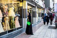 ragazza in abito tradizionale davanti a un negozio di abiti da sposa