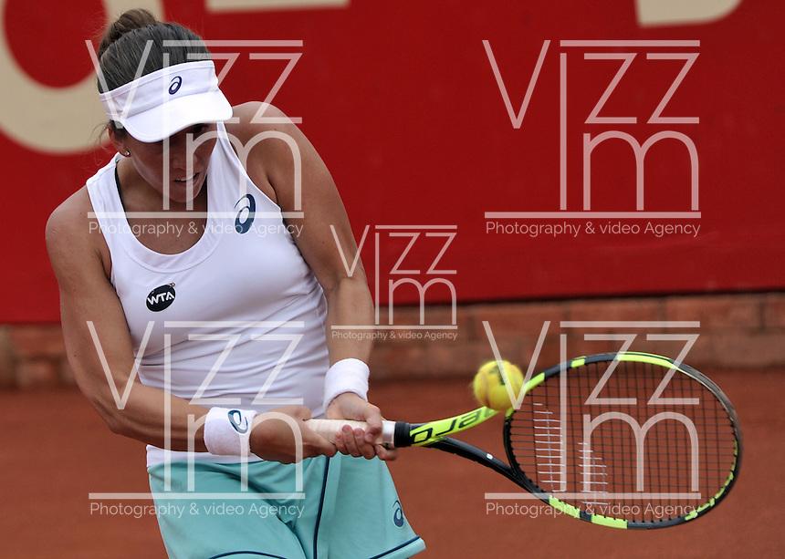 BOGOTA - COLOMBIA - 16-04-2016: Irina Falconi de Estados Unidos, devuelve la bola a Lara Arruabarrena de Espa&ntilde;a, durante partido por el Claro Colsanitas WTA, que se realiza en el Club El Rancho de Bogota. / Irina Falconi of United States,<br /> returns the ball to Lara Arruabarrena of Spain, during a match for the WTA Claro Colsanitas, which takes place at Club El Rancho de Bogota. Photo: VizzorImage / Luis Ramirez / Staff.