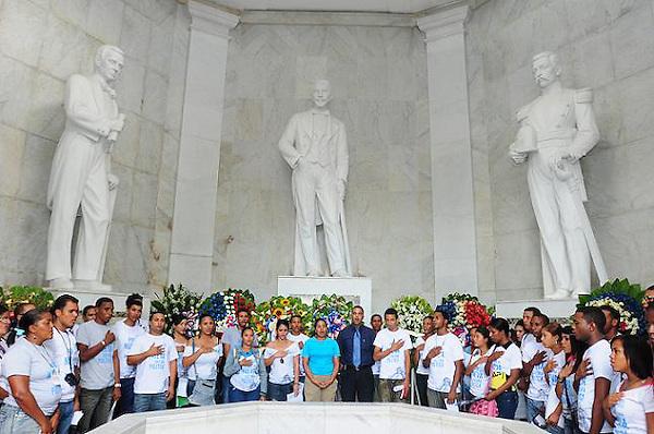 """En el marco del Día Nacional de la Juventud, decenas de jóvenes pertenecientes a la  Red Nacional de Acción Juvenil, manifestaron la necesidad de que la juventud dominicana inicie un proceso de trabajo que permita pasar del actual estado de """"indignación"""" a la """"rebelión colectiva""""."""