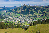 Austria, Tyrol, above Kitzbuhel: view from Hahnenkamm cable car station towards Kitzbuehel Town, at background Kitzbueheler Horn mountain | Oesterreich, Tirol, oberhalb Kitzbuehel: Blick von der Hahnenkammbahn Hochkitzbuehel hinunter auf den Ort Kitzbuehel, im Hintergrund das Kitzbueheler Horn