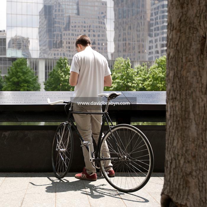 HSUL 20140530 United States, New York. Visitors at the 9/11 Memorial. Photographer: David Brabyn