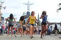 CULTUUR: SINT NICOLAASGA: Allergorische Optocht, RIO DE JANEIRO, Buurtvereniging De Grietman, Rio de Janeiro kennen we allemaal als de stad van de Samba, het grootse carnaval en de Copacabana, een stad die voetbal ademt, een dag niet gevoetbald is een dag niet geleefd, met recht een droomstad, of toch niet…. Er is ook een kant van Rio de Janeiro die wij niet te zien krijgen, namelijk de miljoenen inwoners die leven in de favela's. Waar ernstige armoede heerst en (drugs)bendes de macht hebben. De overheid grijpt hier maar zelden in, of zoals de inwoners zeggen: 'They don't care about us'. Buurtvereniging de Grietman geeft op geheel eigen wijze een impressie van deze wereldstad, ©foto Martin de Jong