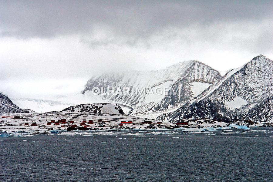 Base de argentinos e geleira na Antartida. 2006. Foto de Caio Vilela.