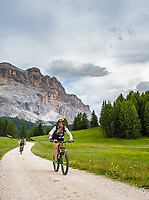 Italy, South Tyrol (Trentino - Alto Adige), near La Valle: popular area for mountain bikers Pra d'Armentara (Armentara-Meadows) with Gruppo di Fanis mountains at Fanes-Sennes-Prags Nature Park | Italien, Suedtirol, bei Wengen: beliebtes Ziel fuer Mountainbiker die Armentara-Wiesen (Pra d'Armentara) vor der Fanesgruppe im Naturpark Fanes-Sennes-Prags