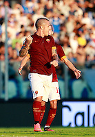 "Calcio, Serie A: Empoli vs Roma. Empoli, stadio ""Carlo Castellani"" 13 settembre 2014.<br /> Roma midfielder Radja Nainggolan, of Belgium, celebrates after Empoli goakeeper Luigi Sepe scored an own goal during the Italian Serie A football match between Empoli and AS Roma at Empoli's ""Carlo Castellani"" stadium, 13 September 2014.<br /> UPDATE IMAGES PRESS/Isabella Bonotto"