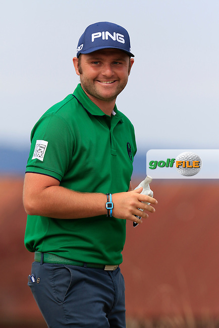 Andy SULLIVAN (ENG) all smiles on the 18th tee during Thursday's Round 1 of the 2015 U.S. Open 115th National Championship held at Chambers Bay, Seattle, Washington, USA. 6/18/2015.<br /> Picture: Golffile | Eoin Clarke<br /> <br /> <br /> <br /> <br /> All photo usage must carry mandatory copyright credit (&copy; Golffile | Eoin Clarke)