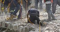 MEX60. CIUDAD DE MÉXICO (MÉXICO), 19/09/2017.- Rescatistas trabajan entre los escombros de los edificios colapsados en Ciudad de México (México) hoy, martes 19 de septiembre de 2017, tras un sismo de magnitud 7,1 en la escala de Richter, que sacudió fuertemente la capital mexicana y causó escenas de pánico justo cuanto se cumplen 32 años de poderoso terremoto que provocó miles de muertes. Las autoridades mexicanas elevaron hoy a 119 el número de muertos por el terremoto de magnitud 7,1 en la escala de Richter que sacudió hoy con violencia el centro del país. EFE/Sáshenka Gutiérrez