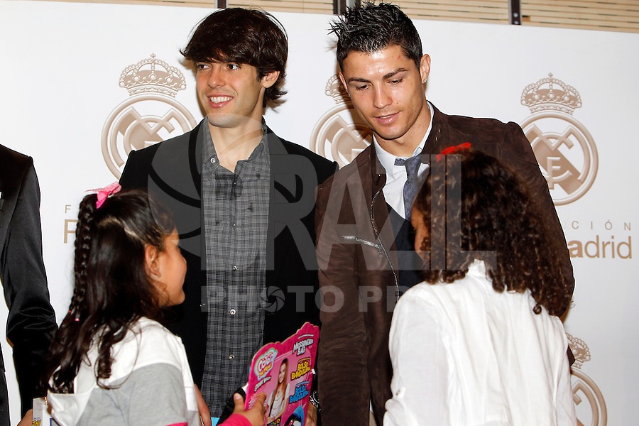 ATENCAO EDITOR IMAGEM EMBARGADA PARA VEICULOS INTERNACIONAIS - MADRI, ESPANHA, 17 DEZEMBRO 2012 - O jogador brasileiro Kaka (E) e o portugues do Real Madrid Cristiano Ronaldo durante campanha de natal da Fundancao Real Madrid em Madri capital da Espanha, nesta segunda-feira, 17. (FOTO: ALEX CID FUENTES / ALFAQUI / BRAZIL PHOTO PRESS)..