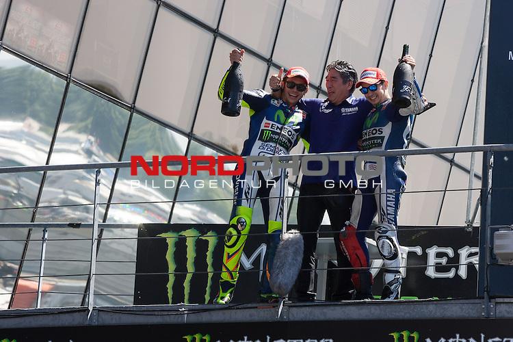 Monster Energy Grand Prix de France in Le Mans 15.-17.05.2015, Free Practice, Warm Up, Rennen<br /> <br /> 99 Jorge Lorenzo / Spanien, Siegerehrung der Sieger<br /> 46 Valentino Rossi / Italien feiert seinen zweiten Platz lassen sich feiern<br /> <br /> Foto &copy; nordphoto / FSA