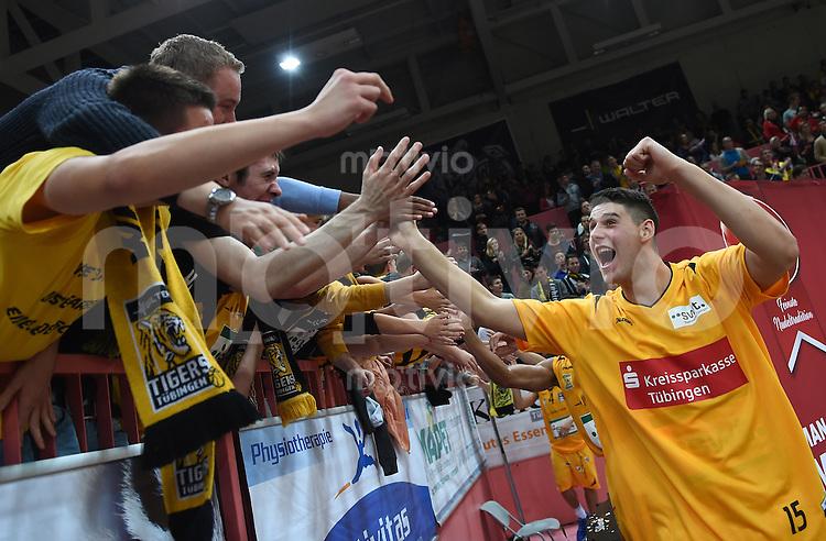 BEKO Basketball 1. Bundesliga 2014/2015  6. Spieltag Walter Tigers Tuebingen - Loewen Braunschweig       24.10.2014 JUBEL Tigers; Bogdan Radosavljevic (re) mit den Tiger Fans