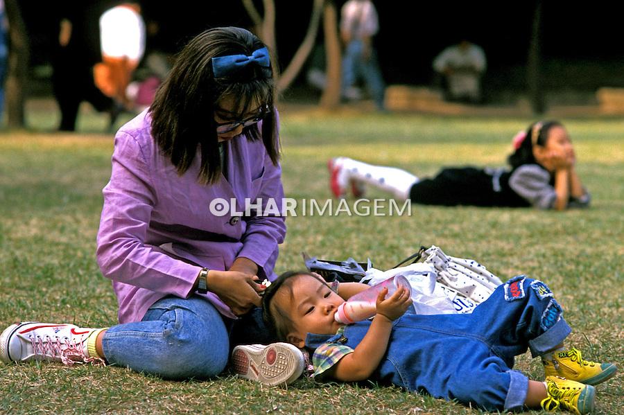 Família no parque em Seul, Coréia do Sul. 1999. Foto de Ricardo Azoury.
