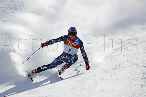 20 February 2006: American skier Bode Miller (USA) skiing during his first run in the Men's Giant Slalom at the Sestriere sub-area Colle during the 2006 Turin Winter Olympics. Photo: Neil Tingle/actionplus..060220 torino male man men ski skiing snow