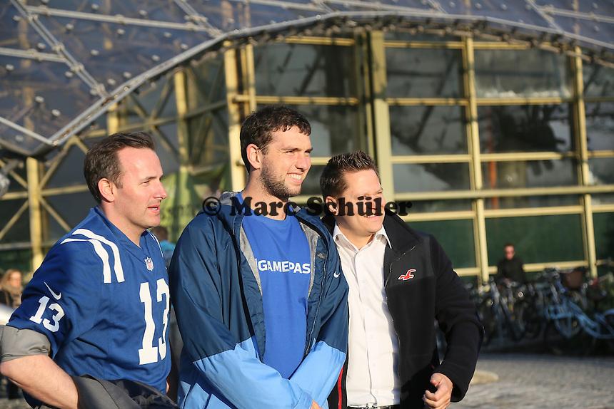 NFL Superstar QB Andrew Luck (Indianapolis Colts) bei den Dreharbeiten zum NFL Werbespot mit den Fans im Münchner Olympiapark