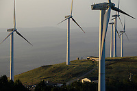KENYA, Nairobi, Ngong Hills, 25,5 MW Wind Power Station with Vestas and Gamesa wind turbines, owned and operated by KENGEN Kenya Electricity Generating Company, view to Rift valley / KENIA, Ngong Hills Windpark, Betreiber KenGen Kenya Electricity Generating Company mit Vestas und Gamesa Windkraftanlagen, Blick zum afrikanischen Grabenbruch