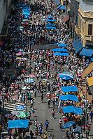 SÃO PAULO, SP, 15.12.2014 - MOVIMENTAÇÃO DO COMÉRCIO NA 25 DE MARÇO - Movimentação do comércio na região da 25 de março, na tarde desta segunta -feira (15), na região central de São Paulo. (Foto: Taba Benedicto/ Brazil Photo Press)