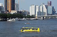 Drijvende bus verzorgt rondvaarten over de Maas in Rotterdam
