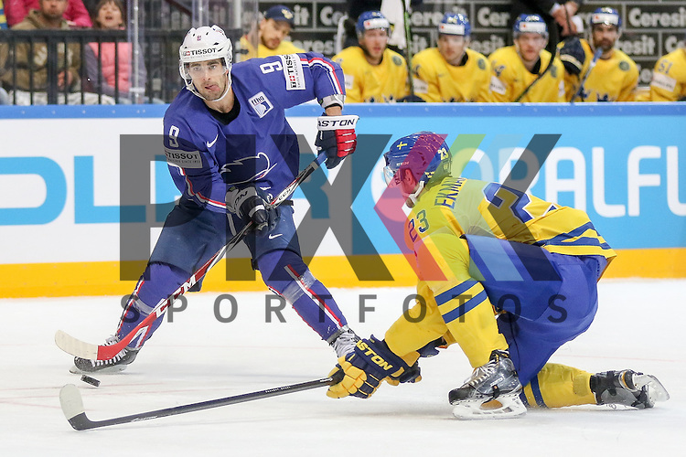 Frankreichs Fleury, Damien (Nr.9) im Zweikampf mit Schwedens Ekman-Larsson, Oliver (Nr.23)  im Spiel IIHF WC15 Frankreich vs. Schweden.<br /> <br /> Foto &copy; P-I-X.org *** Foto ist honorarpflichtig! *** Auf Anfrage in hoeherer Qualitaet/Aufloesung. Belegexemplar erbeten. Veroeffentlichung ausschliesslich fuer journalistisch-publizistische Zwecke. For editorial use only.